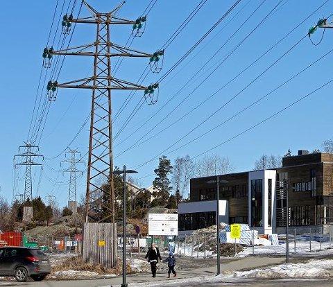 Istedet ble denne tomta ved høyspentnettet valg for bygging av den nye skolen.