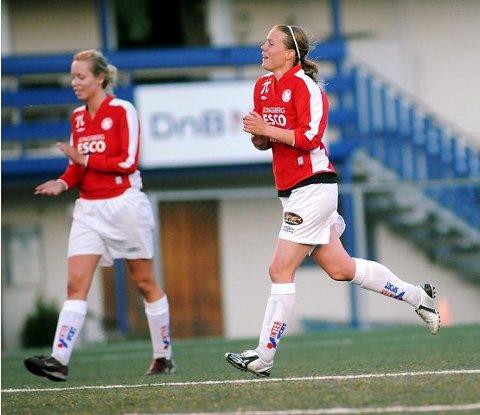 NY SEIER: Kathrine Bjørnstad (t.h.) scoret tre mål og Yngvil Tønnesen Bergstøl ett, da KIF-damene slo Åskollen 7-1. FOTO: OLE JOHN HOSTVEDT