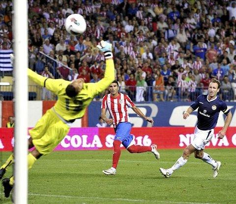 Jose Antonio Reyes scoret begge Atleticos mål i det første oppgjøret mot Strømsgodset forrige torsdag. Her prikker han inn 2–0 på mesterlig vis bak Adam Larsen Kwarasey. Foran morgendagens returkamp mot Alexander Aas (t.h.) & co. er Atlètico sikre på seier.