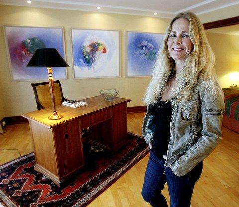 Linda Irene Strøm viser fram Weidemann-suiten på Hotell Refsnes Gods, hvor forretningsmannen Bjarne Holt blir funnet død, hengende i en krok fra taket.