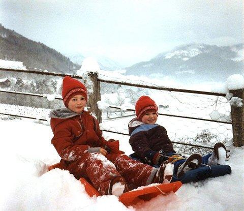 PÅ LÅVEBRUA: - Jeg og søsteren min Siri aker på låvebrua hjemme i Granvin. Bildet viser min barndoms vinter slik jeg husker den, alltid snørik.