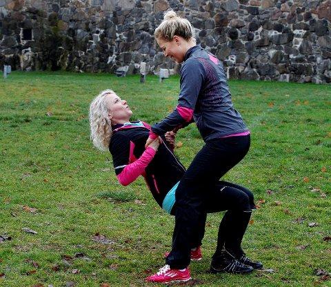 OPPTREKK: Bruk en partner eller en bom. Dette er god trening for ryggen. Ta et godt tak og hev deg opp ved å være stabil i kroppen og bruke armene. Hedda Kise (t.v.) trekker seg opp mot Anne Marte Sneve.