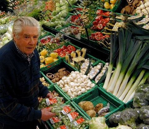 <b>Barndomsminner.</b> -&nbsp;Akkurat her i området rundt grønnsakdisken i den nye forretningen hadde jeg soverommet mitt på Holmestrandsveien for over femti år siden, sier gamlekjøpmann Per Kristensen - den eldste «kjøpmann på hjørnet» i Drammen. (Foto: Børre Ivar Ivar Lie)