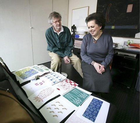 HØYRE HÅND. Per Spook studerer tegninger som skal bli stoffmønstre for klær til det japanske markedet. Hans høyre hånd gjennom 30 år Caroline Boré er Per Spooks viktigste kritiker.