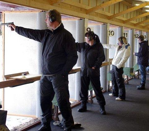 PRAKTISK PRØVE: Deltakerne på sikkerhetskurset avslutter med praktisk prøve i pistolskyting.