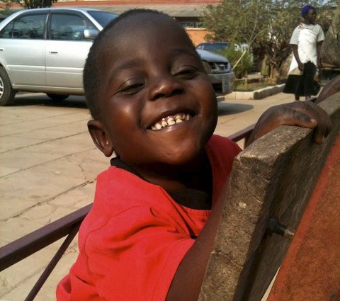 Glis: Gift (4) fra Zambia er i ferd med å lære seg å gå med Inger Gretlands hjelp. Foto: Privat