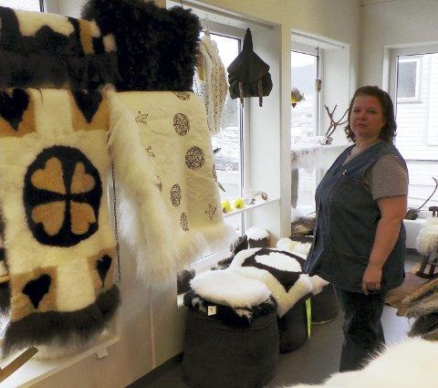 Syr skinnprodukter: Tyske Inge Scherreiks har ansvar for fabrikkutsalget. Hun er kreativ og syr mange gaveartikler.