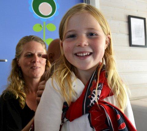 Ny «Barnevogn»: Celine Dagestad (5) tester en chitenge, et tørke kvinnene bærer barna i.