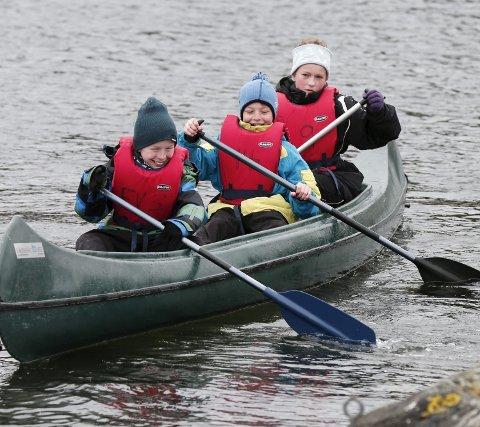 Eide: Eirik Selliken, Vetle Ringen Bergli og Sara Solberg fra 7B ved Eide skole testet ut padling i Førresfjorden.