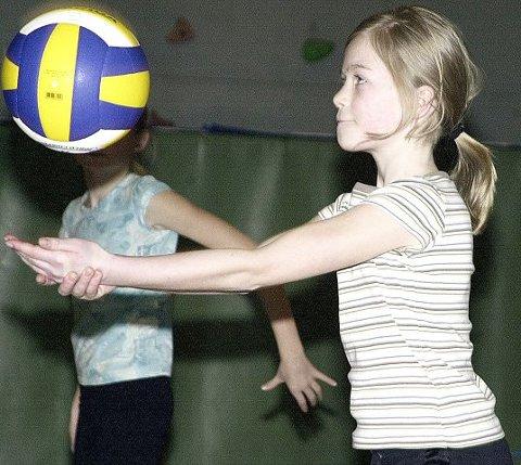 Tuva Strindberg (11) har bare spilt volleyball i et halvt år, men viser allerede store ferdigheter.