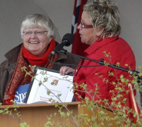 GLAD: En glad Ragnhild Kraugerud (til venstre) mottok Fagforeningenes pris fra LO-leder Janne Hegna.