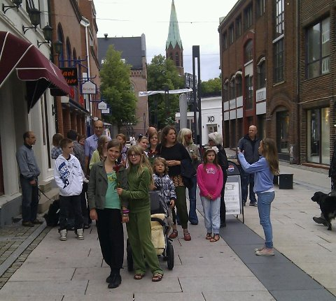 De som ikke fikk plass på Parkteatret, ble med på en egen fredsvandring i Moss sentrum søndag ettermiddag.