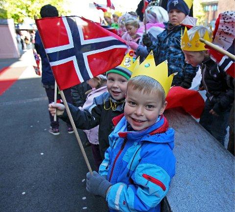 Kronprins Haakon ble ønsket velkommen av barnehagebarn med flagg da han ankom Kirkeparken videregående skole i Moss i forbindelse med åpning av Dignity Day. ---- Jesper (5) fra Hundremeterskogen barnehage hadde laget krone og iført seg jakke i rødt, hvitt og blått i anledning av kronprinsens besøk i Moss.