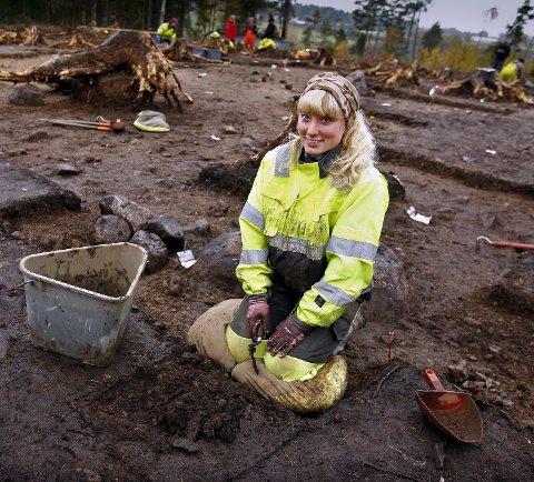 Lokal: Linda Åsheim deltar i utgravingene av steinalderplassen som Råde-innbygger og arkeolog.FOTO: Geir hansen