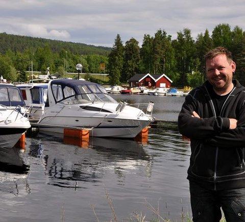 Flott: Kjetil Stamstad med den flotte båthavna i bakgrunnen.