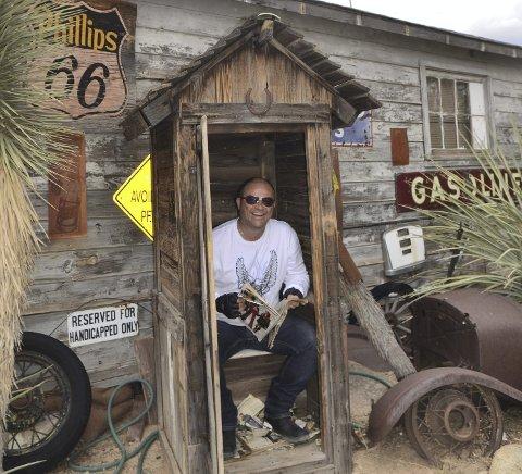 SPESIELT: De fleste av småbyene på ruta har bevart sitt originale preg. Her prøvesitter Jarle ett utedo i Hackberry, Arizona
