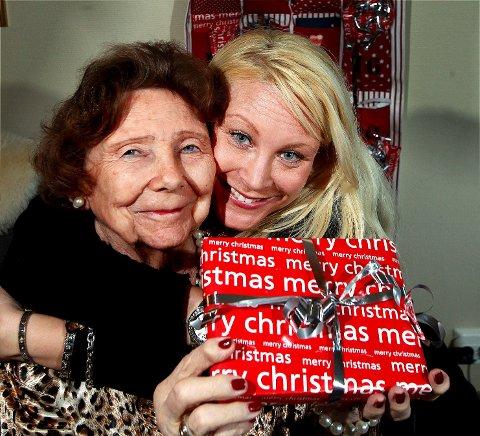 GJENSIDIG GLEDE: Mormor Ragnhild Stauning (83) sørger fortsatt over bestefar Stein, som gikk bort i 2011. For tredje gang lager barnebarnet Hanne Kvigne (39) julekalender til mormor - full av gode barndomsminner og hyggelige småting.