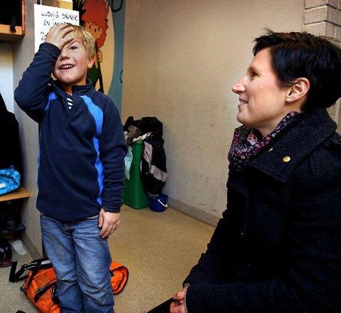 AnnKristin Brede Pedersen henter sønnen Isak (6) på SFO på Refsnes skole. Hun synes ikke noe om rådmannens forslag om å gjøre det dyrere å ha barn i SFO.