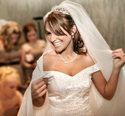 Har du kort hals, er det lurt å velge en utringet kjole. Det forlenger halspartiet.