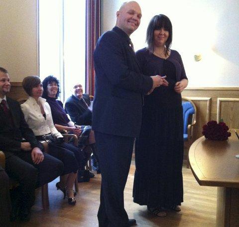 Ikke på lørdag: Ivan og Maiken Jacobsen giftet seg hos sorenskriver Arnfinn Agnalt i Fredrikstad 29. november. Mange ønsker å gjøre det samme på lørdager, men det må Agnalt si nei til.Foto: Privat