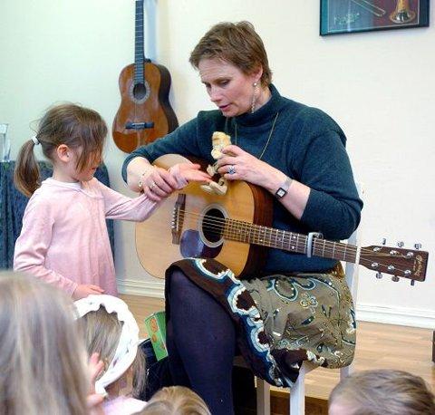 Lille Pernille hjelper Vilde med å servere fantasiboller til alven. Den gamle dukken har Vilde arvet etter sin far, André Bjerke.