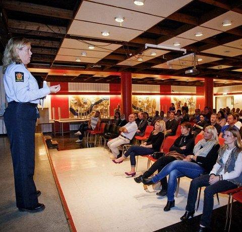 Mange foreldre hadde møtt fram på Kjøsterud skole for å høre politiets tanker om ungdom, rus og grensesetting.
