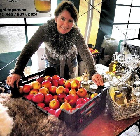 Epler: Inger Hellenes Grimstad fra Haugsten Gård på Solli med sine epleprodukter.