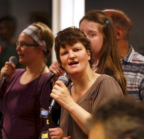 Svingende toner: Ann-Helen Valsvik synger med på det varierte repertoaret. Foto: Geir Hansen