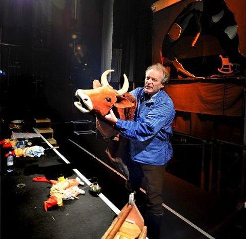 SCENEBURSDAG. Drammenseren Per Skjølsvik alias Snekker Andersen er klar på scenekanten før forestilling nummer 1.000 av «Julenatt med Prøysen og Snekker Andersen». Og ganske sikkert: Det blir nok ikke siste året for snekker´n, dette heller. FOTO: SVEN-ERIK RØED