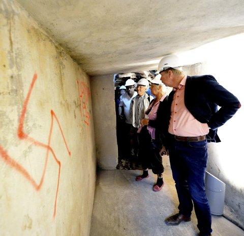 Tagging: Mange var nysgjerrige på hva som befant seg på innsiden av hulene, og man kunne se flere tegn etter tyskerne.