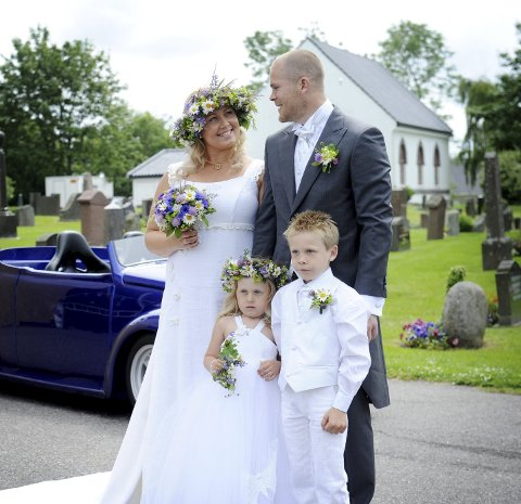 FAMILIEMANN: Bugge savner familien som flyttet til Ringshaug i sommer. Her fra bryllupet i 2012. Foto: Anne Charlotte Schjøll