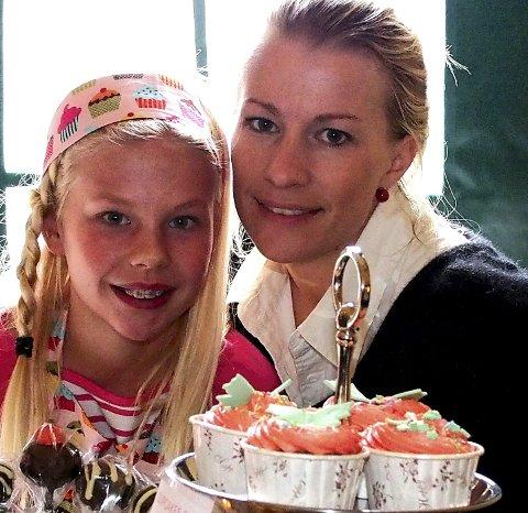 Holm Kafé: Elisabeth Holm og datteren Linnea var på plass med sine kakefristelser.