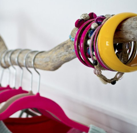 Benedicte liker at fargeinstallasjonene har en funksjon. Her er det klær og smykker som oppbevares og vises fram.