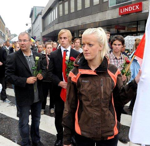 Arild Theimann (fra venstre), leder i Sandefjord Arbeiderparti, sammen med Martin Bast Sørsdal, leder av Vestfold AUF, og initiativtager til fakkeltoget, Ane Norreén Thorsen. Foto: Olaf Akselsen