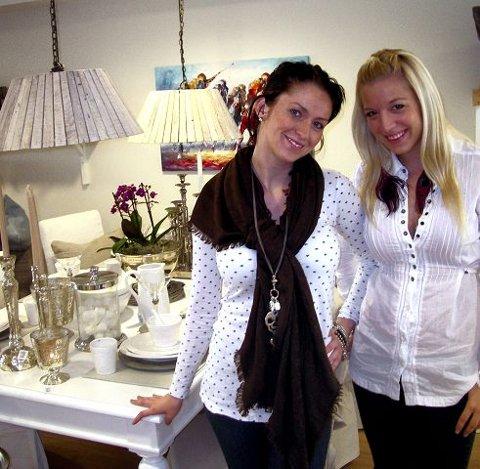 DYNAMISKE DAMER Camilla Kvarsvik (til venstre) har fått hjelp av venninnen Gina Sneve Hansen til å åpne butikken i gågaten.  Foto: Geir Løvli
