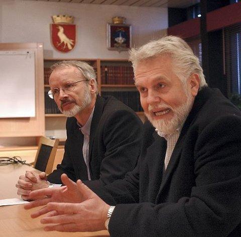 HansPetter Huse (t.h.) går av som organisasjonssjef i Moss kommune. Her sitter han ved siden av rådmann Hans K. Birkeland. foto jonivar fjeld