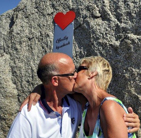 HETT: Knut Harald Hæhre og Kari Lise Svensrud fra Modum er på ferie på Tjøme og synes kyssebenken er et genialt påfunn.