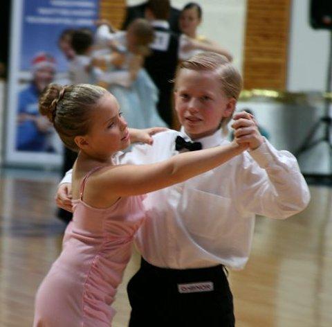 Synne Skjelbred sammen med sin dansepartner, i standarddans under Nords Cup nr. 2 i Drammen denne helga. (Foto: DSD)
