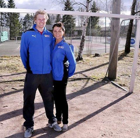 AKTIV FRITID: Daniel Tomter og Elizabeth Strømsheim har mange muligheter i nærområdet for fysisk fostring for de unge, grusbane for fotball og andre aktiviteter, tennisbane inne og ute og skogen rett ved siden av
