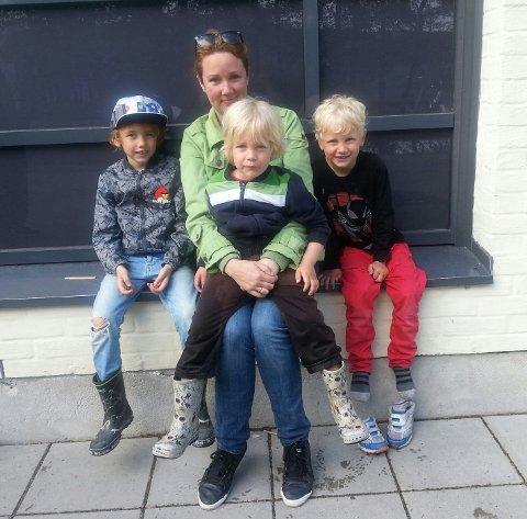 Antisupermamma Kristine Storli Henningsen sammen med barna Mikael, Liam og Sebastian.