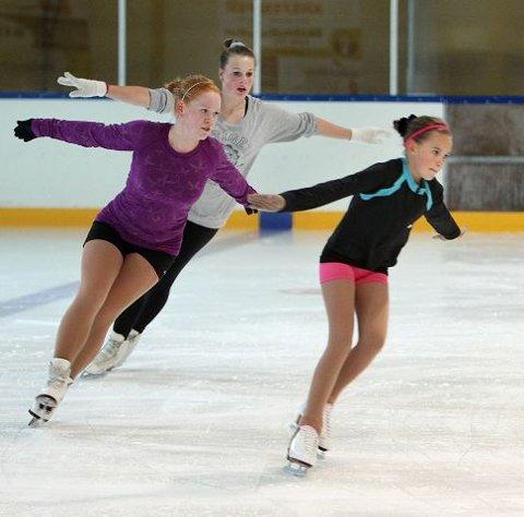 Eva Marit Krisoffersen (fra venstre), Julia Pettersen og Engla Aldar har fått fart på danseskøytene.