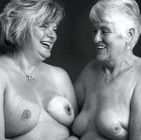MOR OG DATTER: Både moren og datteren som ble rammet av brystkreft stilte opp for utstillingen.