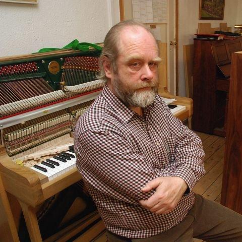 Gode minner Alastair Laurence har mange gode minner etter 14 år som pianomakerlærer og pianomaker i Moss. I morgen holder han konsert med trioen sin på Alby og 11. desember flytter han til England.
