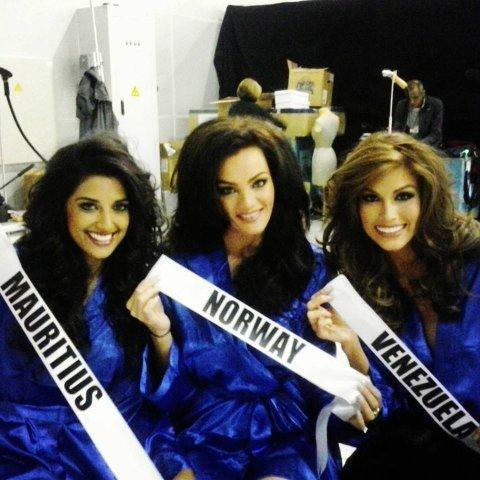 Mari Ekeløf fra Hamar er i Moskva og klar for Miss Universe-finalen. Her med Miss Maritsius og Miss Venezuela.