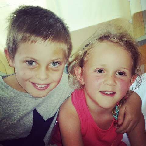 LILLESØSTER: Her er Noah sammen med lillesøster