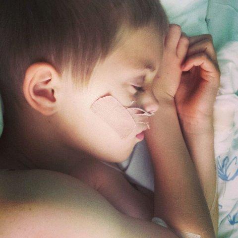 REHABILITERING: Noah (8) måtte gjennom en lang rehabilitering etter ulykken.