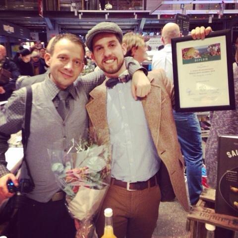 Gutta i EpleMoss stakk av med 2. plassen i år også. Her poserer Fredrik Tokerød Pettersen og Phillip Holthe Larsen stolt i Mathallen tirsdag kveld.
