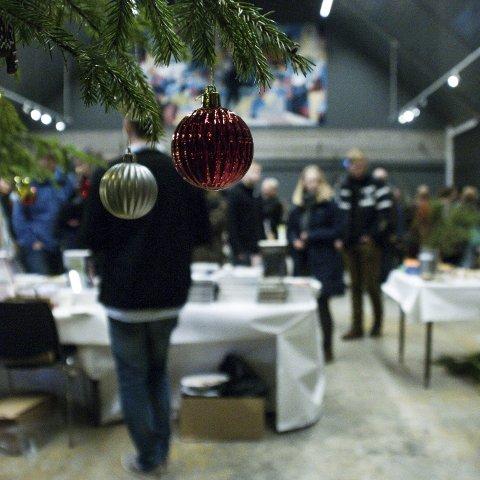 Julestemning: Juletreet lyser opp inne på markedet.