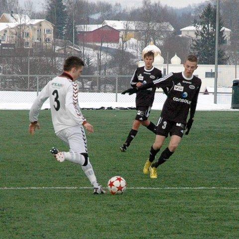Stoppen SKs Fredrik Hedemark (nr 3) sender avgårde et innlegg.