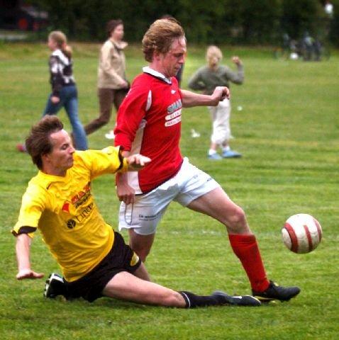 <b>STEGET FORAN.</b> Konnerud-spissen Torbjørn Larsen var en håndfull for Bjørn Even Stabæk og Åskollen i historiens tredje lokaloppgjør mellom lagene. 18-åringen scoret to mål, og ble den store helten. FOTO: RUNE FOLKEDAL